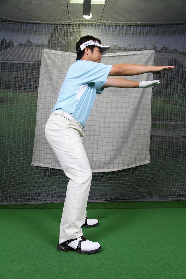"""画像4: アドレスは""""腰""""と""""ひざの角度""""が大事!野球の守備の姿勢で構えよう。"""