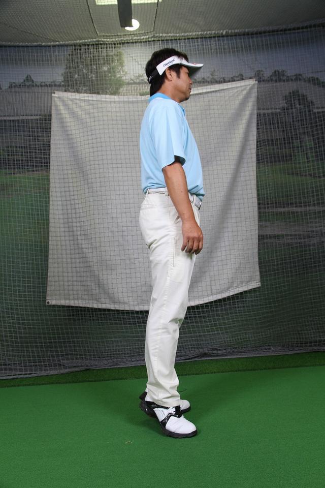 """画像6: アドレスは""""腰""""と""""ひざの角度""""が大事!野球の守備の姿勢で構えよう。"""