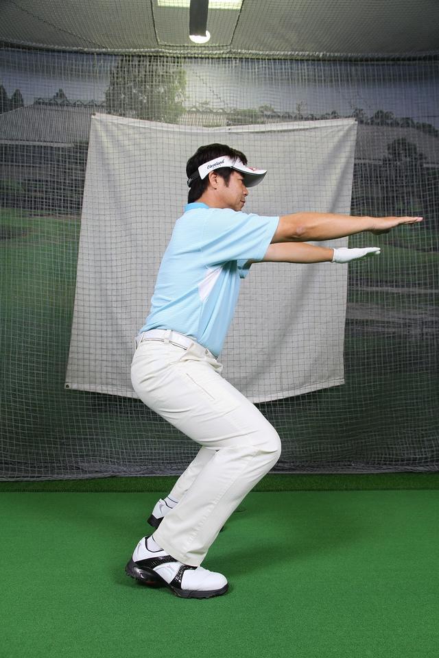 """画像5: アドレスは""""腰""""と""""ひざの角度""""が大事!野球の守備の姿勢で構えよう。"""