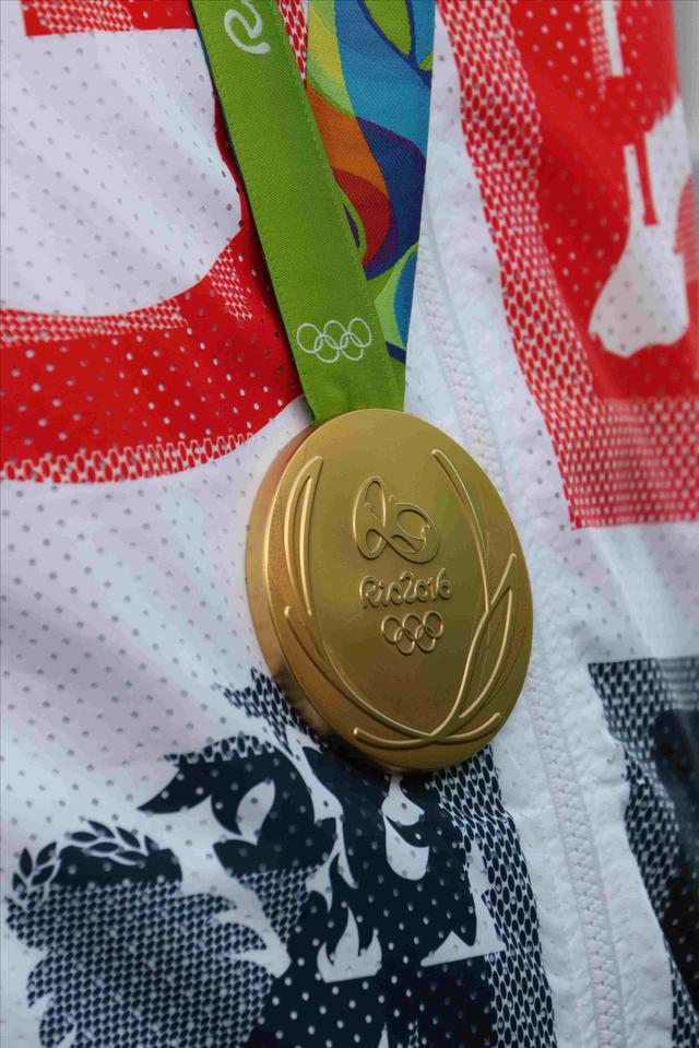 画像: こちらがローズの勝ち取った金メダル。これは裏側。