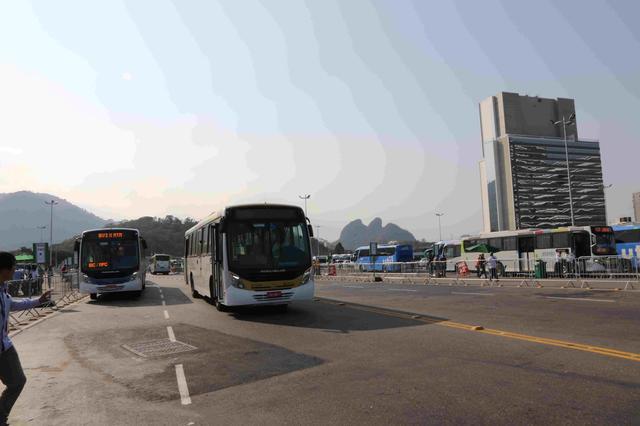 画像: 巨大なバスターミナルからメディアの人たちはそれぞれの現場に向かっていく