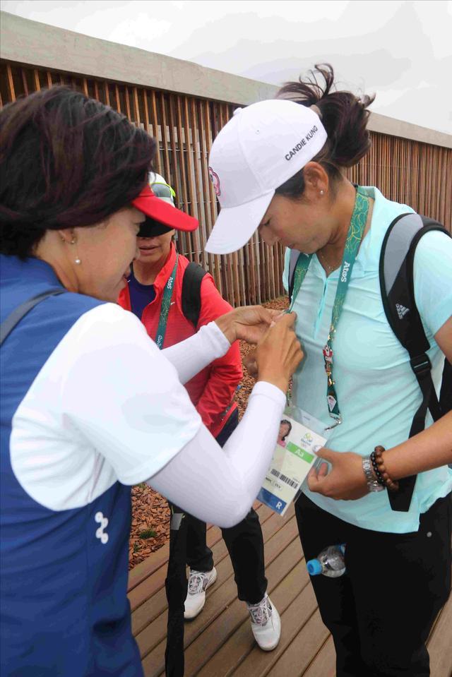 画像: 大山選手も台湾のキャンディ・クン選手とバッヂを交換していました