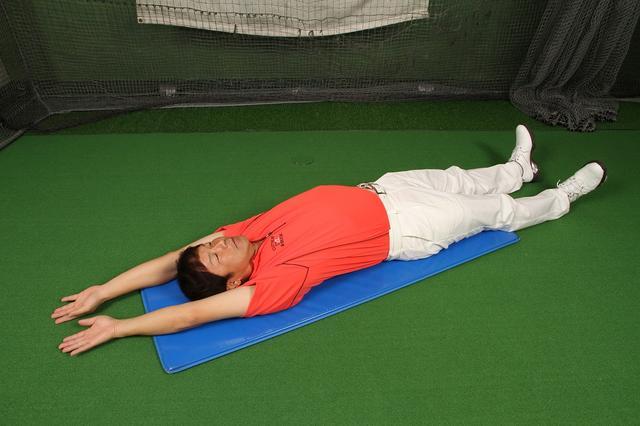 画像1: 仰向けに寝て両腕をバンザイしてみましょう