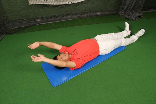 画像2: 仰向けに寝て両腕をバンザイしてみましょう