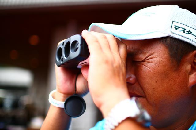 画像: イ・ボミを支える清水キャディ