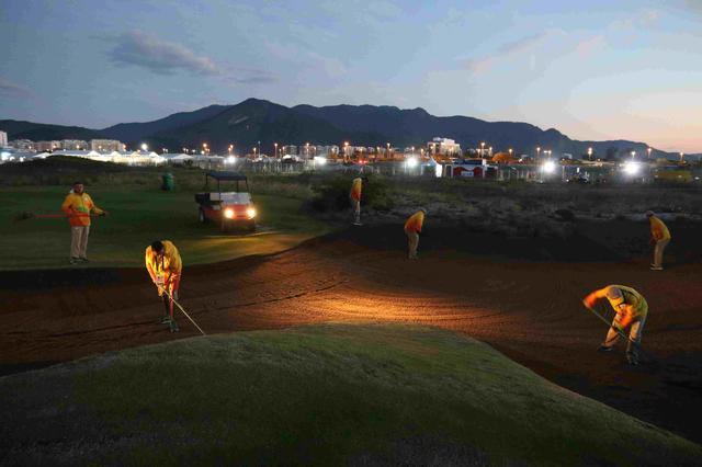 画像: 朝の暗いうちからコースを整えていたスタッフ