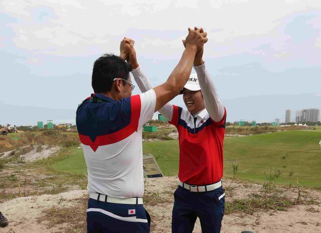 画像: 最終日3位タイにつけて、丸山コーチとハイタッチする野村