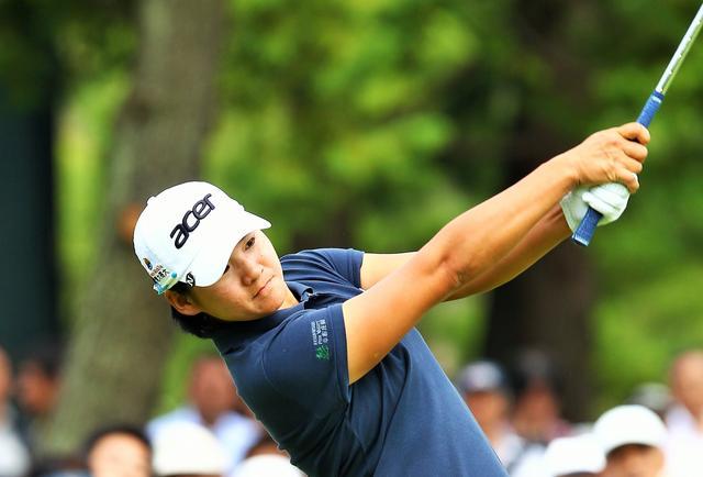 画像: フォロースルーで腕が真っすぐになるから、球は曲がらない