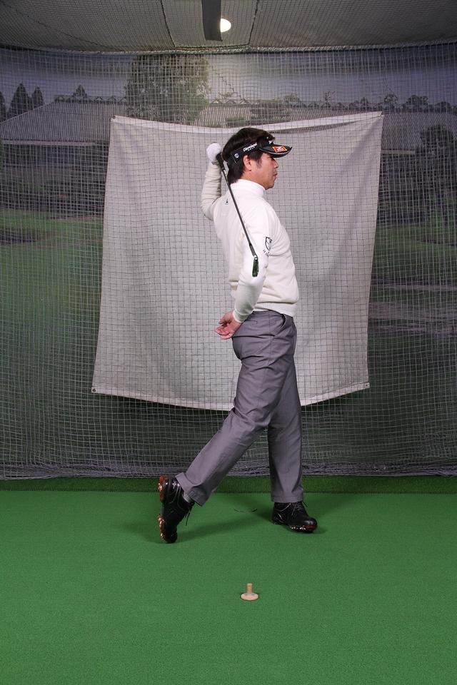 画像10: 飛ばしのポイントは″右手のリリース″!右手1本でクラブを持ってボールを打つ練習しよう