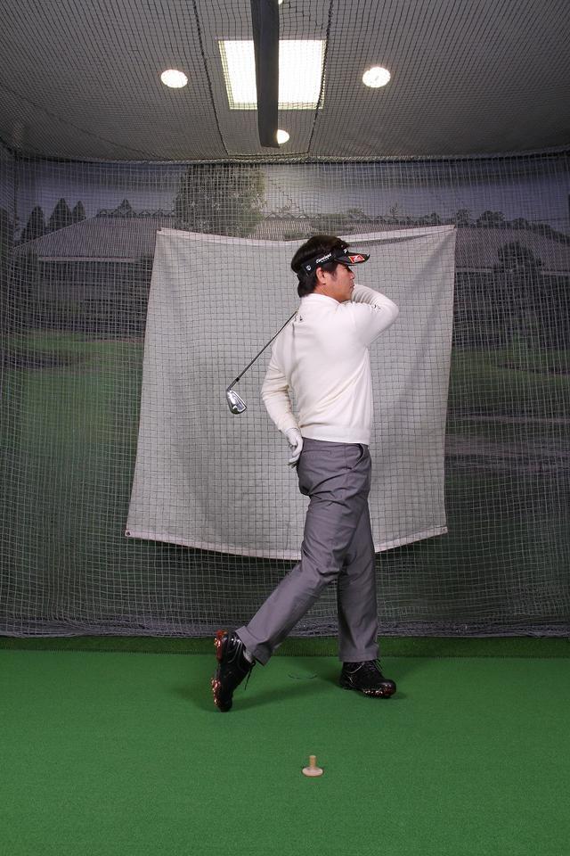 画像7: 飛ばしのポイントは″右手のリリース″!右手1本でクラブを持ってボールを打つ練習しよう