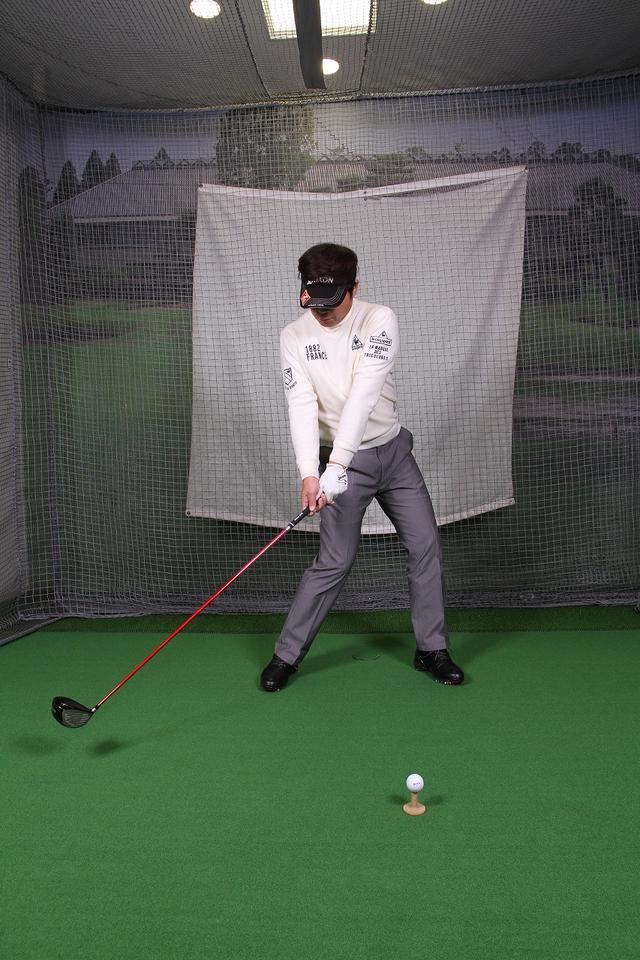 画像2: 飛ばしのポイントは″右手のリリース″!右手1本でクラブを持ってボールを打つ練習しよう