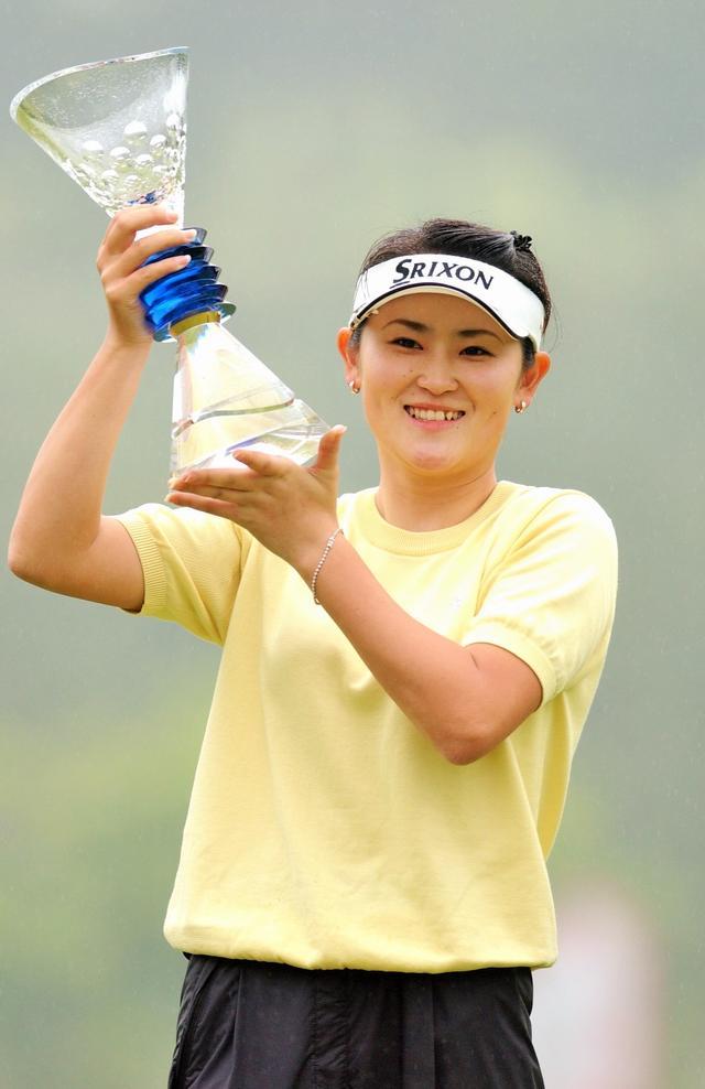 画像: 2004年「ニチレイカップワールドレディスゴルフトーナメント」で初優勝 この年は、年間3勝して獲得賞金ランキングで3位に輝く活躍で、LPGA敢闘賞受賞