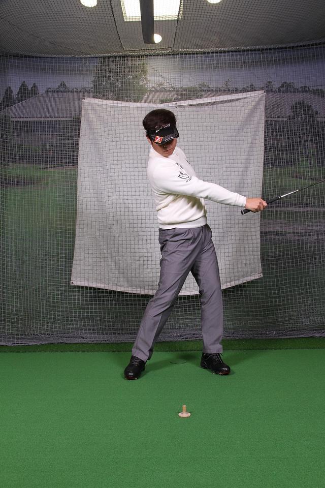 画像6: 飛ばしのポイントは″右手のリリース″!右手1本でクラブを持ってボールを打つ練習しよう