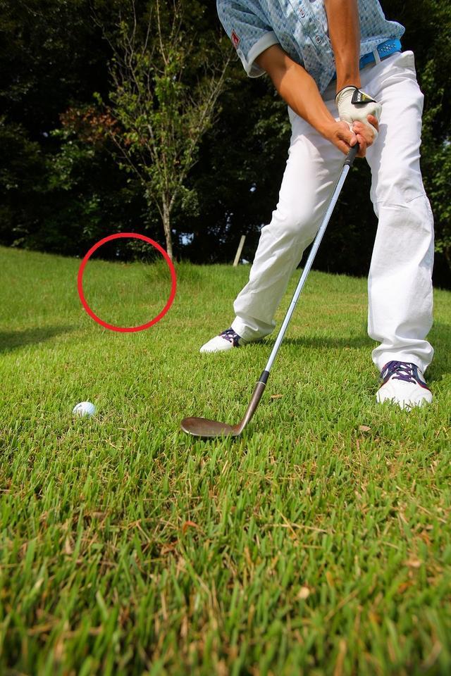画像1: 左足下がりはひとつの工夫で大丈夫!右足を引いてクローズに構えよう