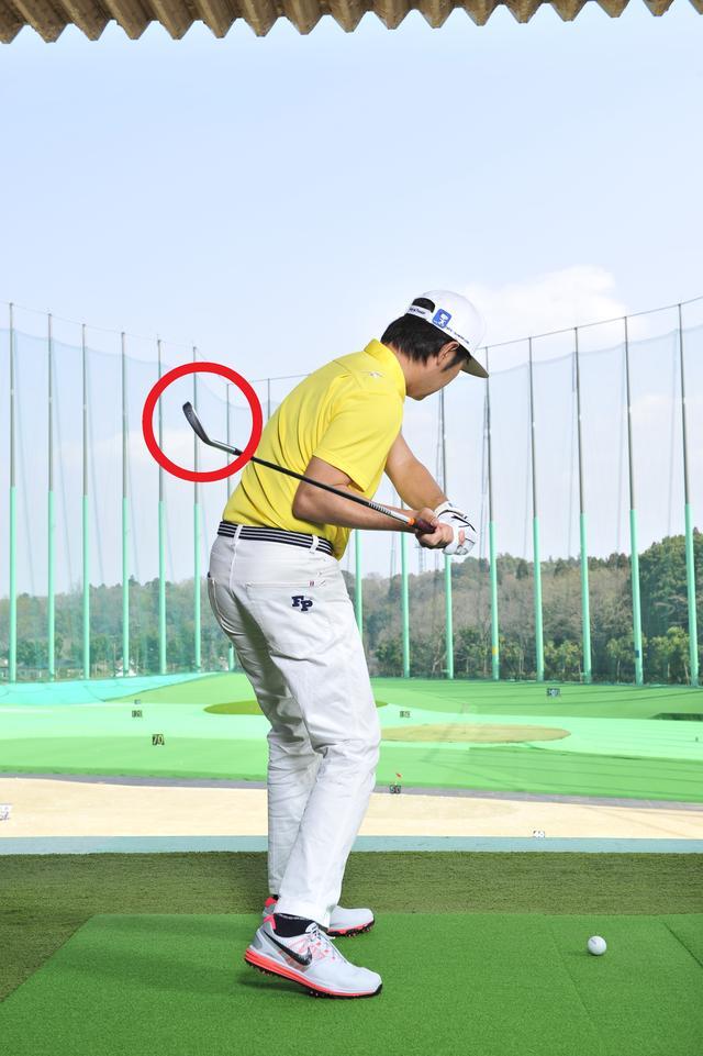 画像: 腕が遅れてしまうから、肩を開かないと腕がボールまで下りてこない