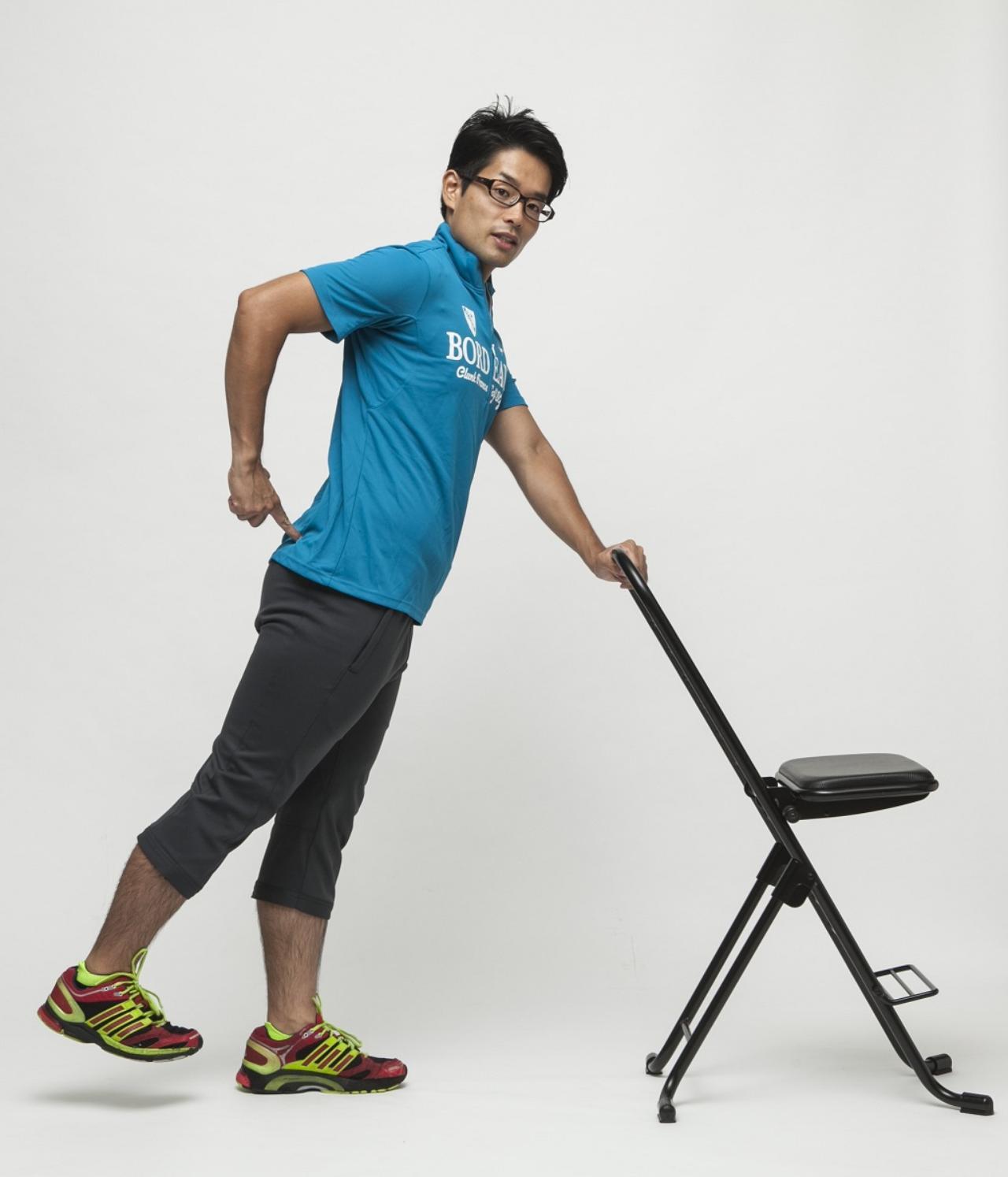 画像: おしりやもも裏の筋肉を締め、前ももの筋肉を緩める