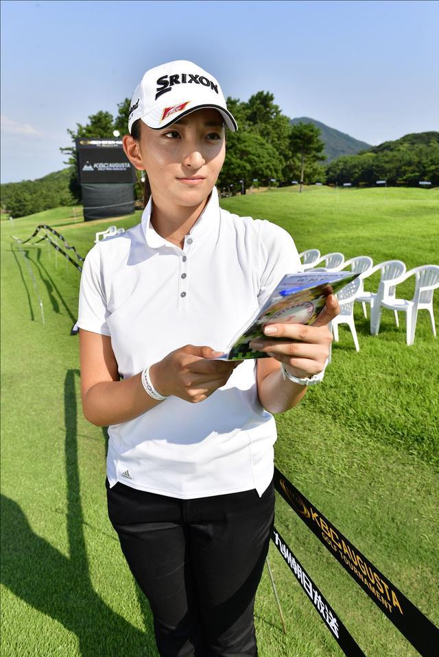 画像3: 片山プロのバッグを担いでいるのは18歳の女の子!
