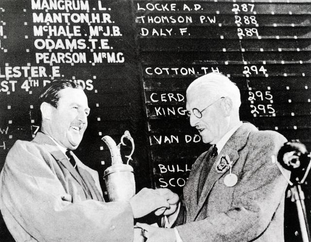 画像: 1952年、ロイヤルリザムでの全英オープンで3度目の優勝を飾り、クラレットジャグを抱くロック(左)。右は20世紀で唯一3年連続全英オープンを制したピーター・トムソン