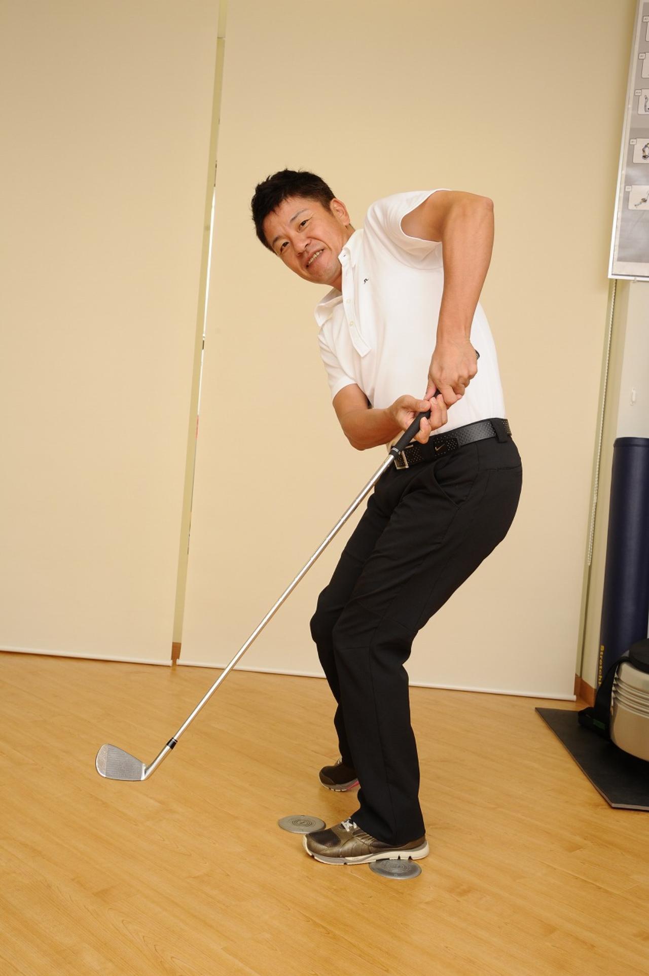 画像: ×手だけで打つと左ひざに力が入ります