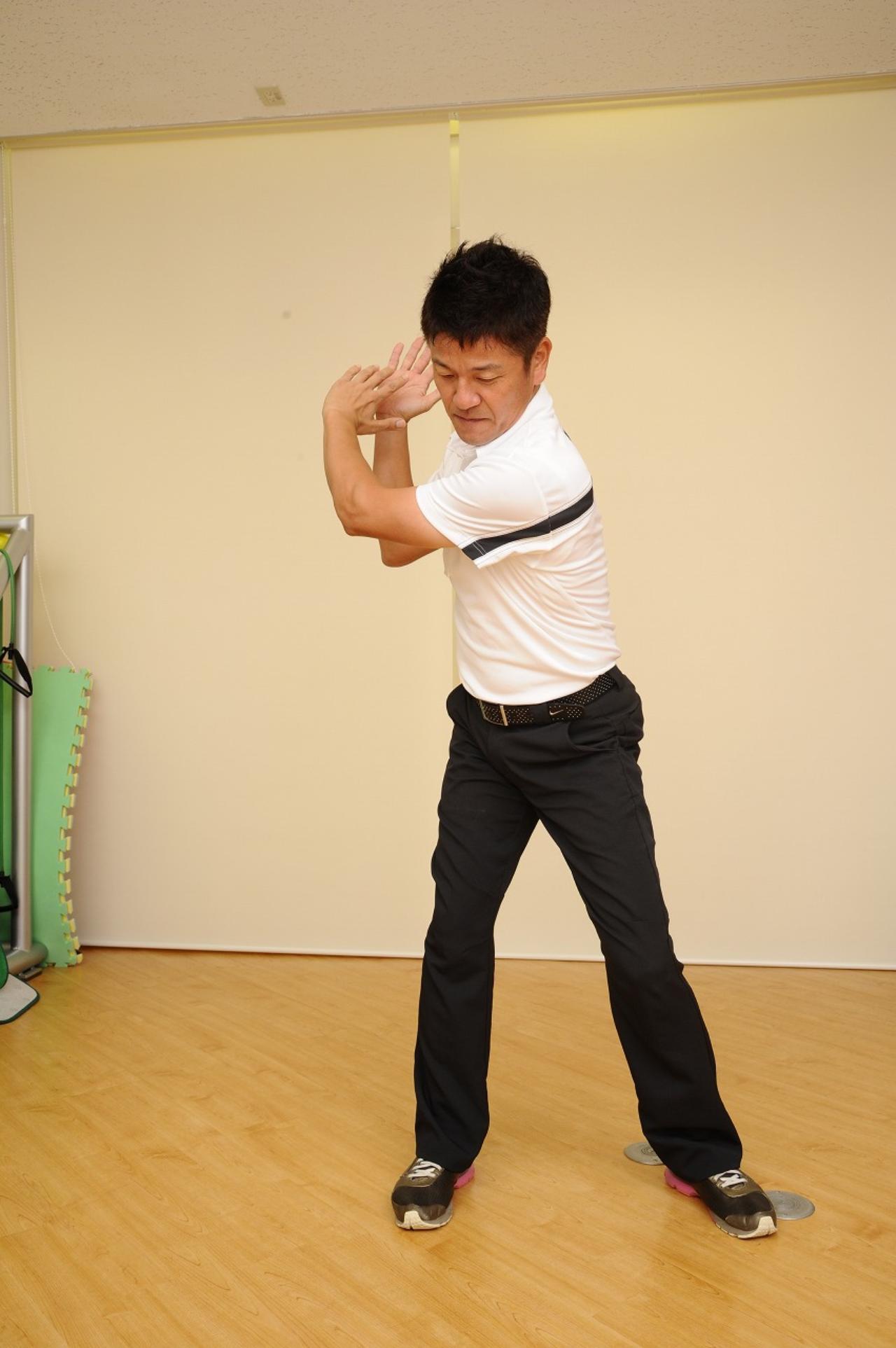 画像: 腕を回転して上げる
