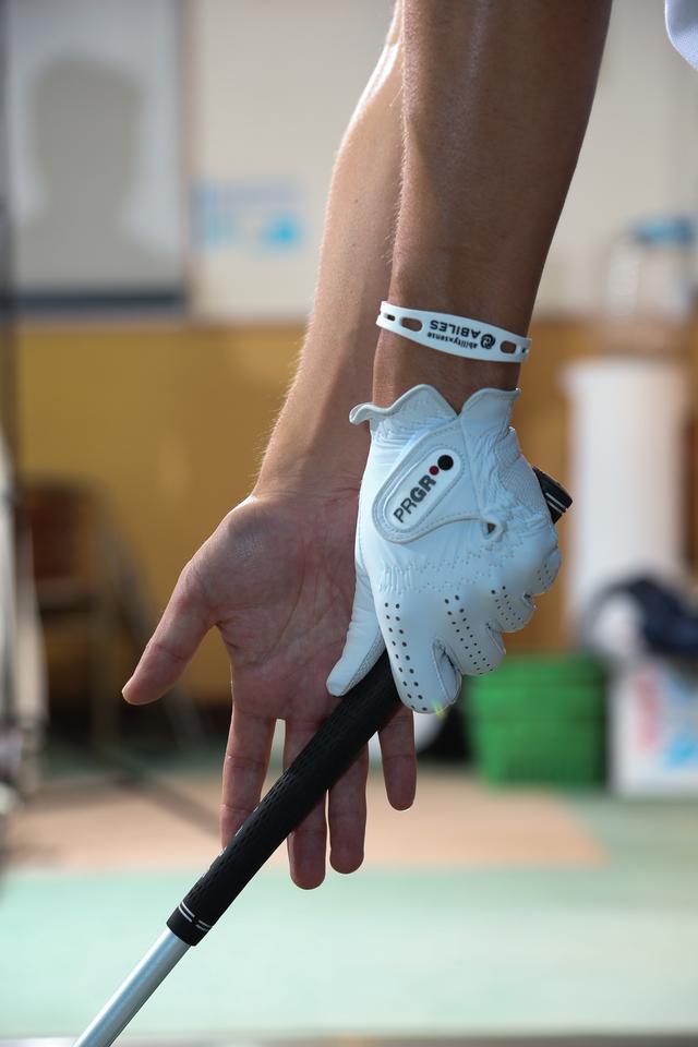 画像: 右手の平を打ちたい方向へ