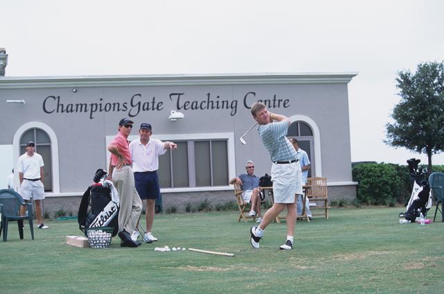 画像: フロリダ州チャンピオンズゲートのアカデミーにて。プライスやエルスが師匠の元に訪れスウィングチェック中