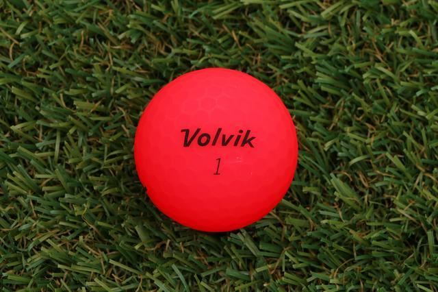 画像: 芝の上でひと目で分かるボール「ボルビック」 - みんなのゴルフダイジェスト