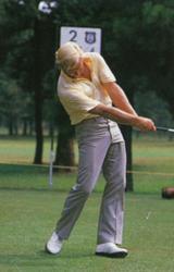 画像2: 右足を後ろに引くことで、ヘッドを加速させている