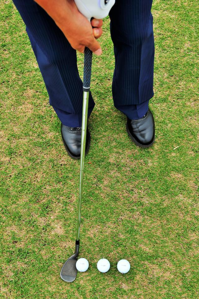 画像: 出球を低くしたいときは右足より、上げたいときは左足寄りにセット