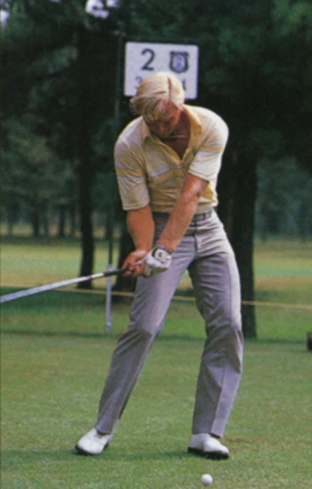 画像1: 右足を後ろに引くことで、ヘッドを加速させている