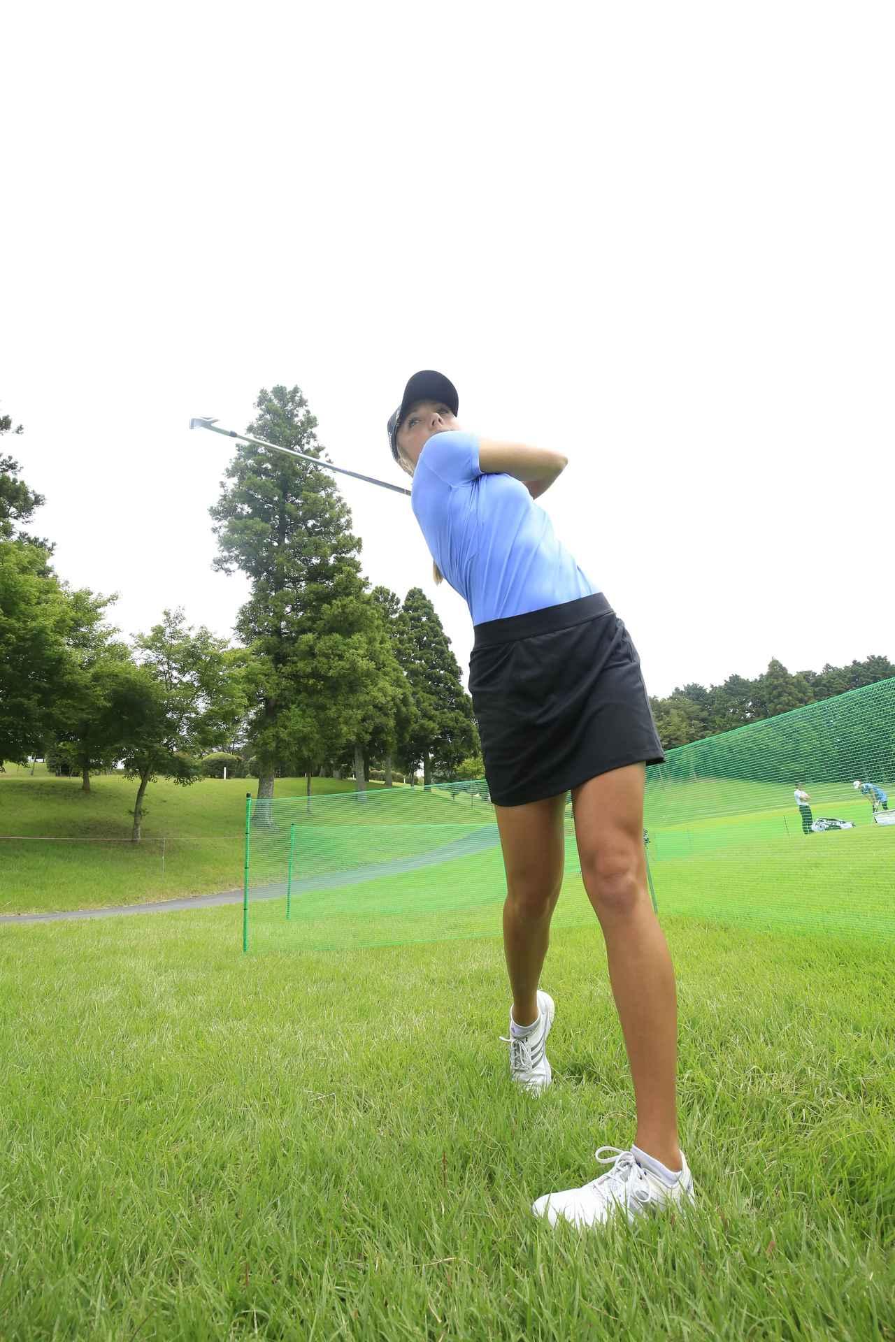 画像: 地面を強く蹴り左ひざが伸びる