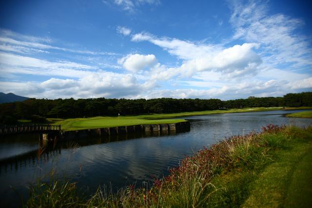 画像: ホウライ11番。岬の突端のグリーンは池の中に浮いているように見える