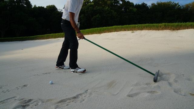 画像: 【知っておきたいルール】バンカーの足跡、打つ前にならしてもいいの? - みんなのゴルフダイジェスト