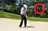画像: 左足に体重を乗せて、上からクラブを入れる