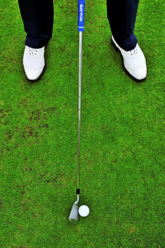 画像: ルークはこのボール位置でパンチショットを打つ