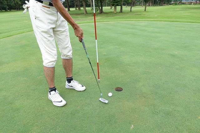 画像: 【知っておきたいルール】ピンを持ったままパットをしたら何打罰? - みんなのゴルフダイジェスト