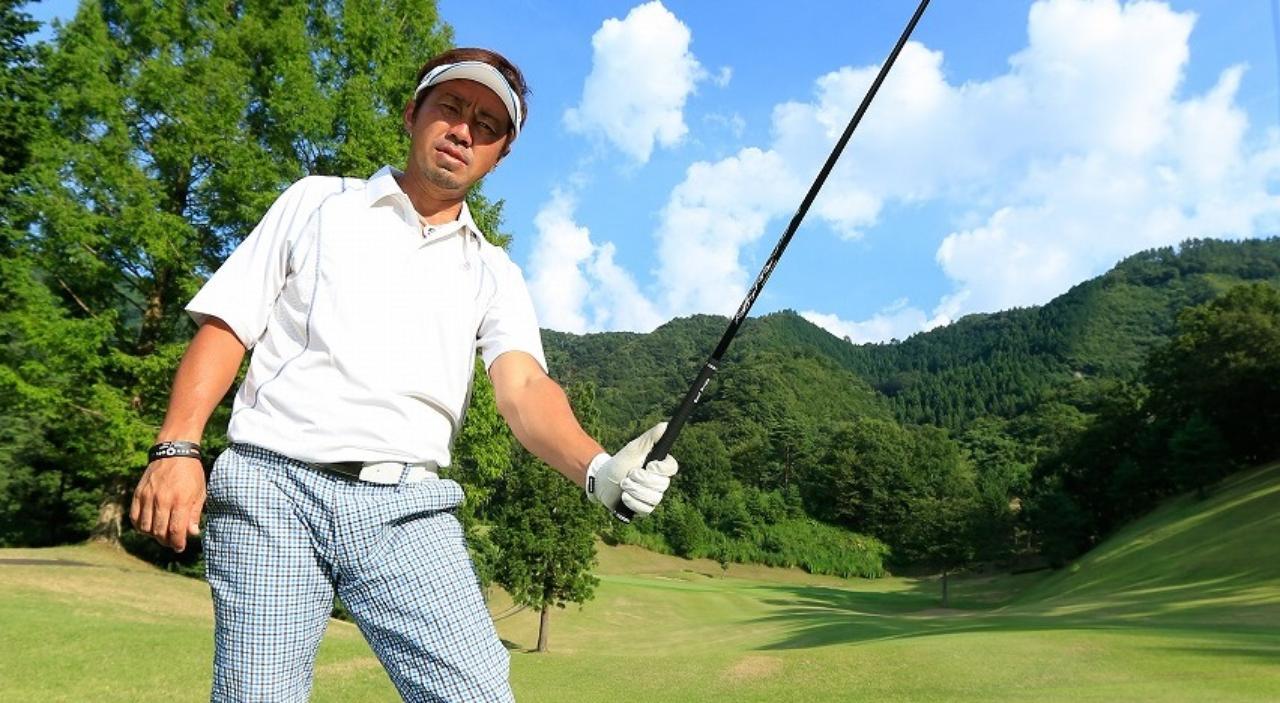 画像: 「つま先上がり」はエアアドレス!握る長さがピタリと決まります - みんなのゴルフダイジェスト