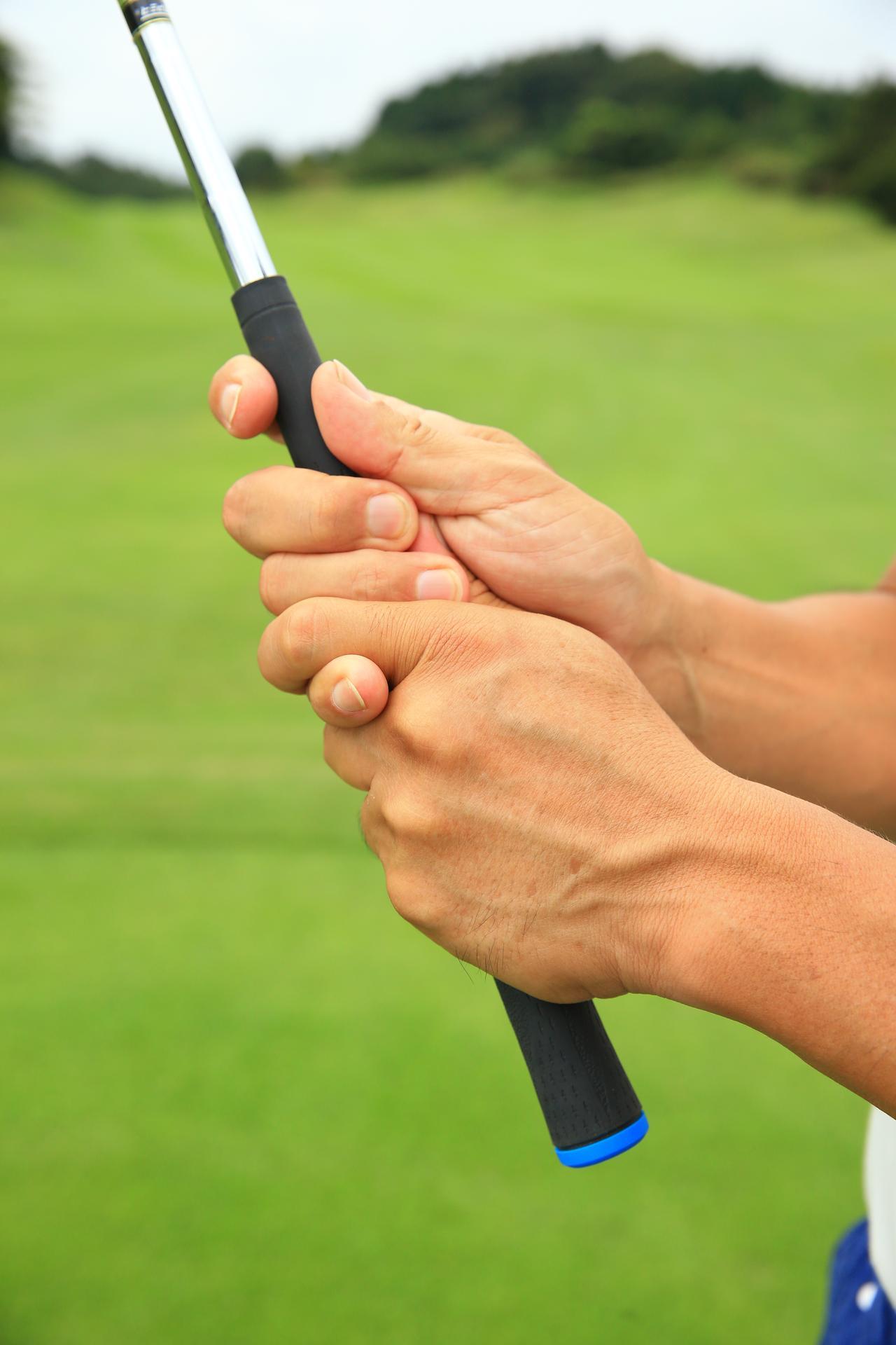 画像: 右手の人差し指が中指にくっつかない