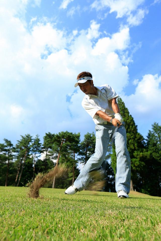 画像: インパクトで左手の甲をボールにぶつけるつもりで、押し込んでいく