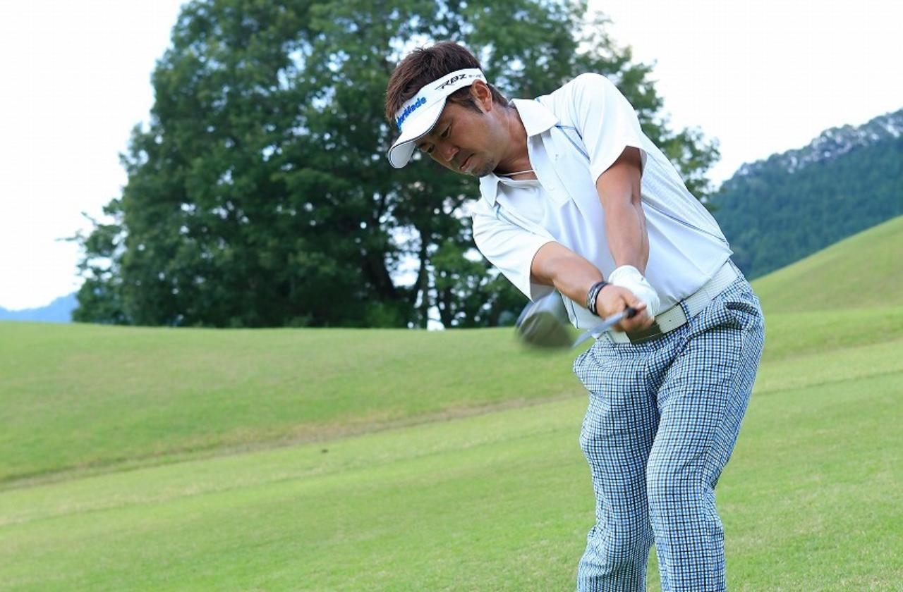 画像: 「つま先下がり」のインパクト!頭の高さはアドレスのまま - みんなのゴルフダイジェスト