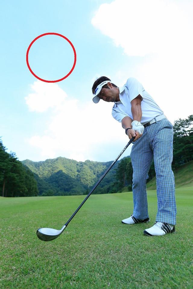 画像1: 「左足下がり」の難しいライ!体重は「左」なら重心は「右」に置こう