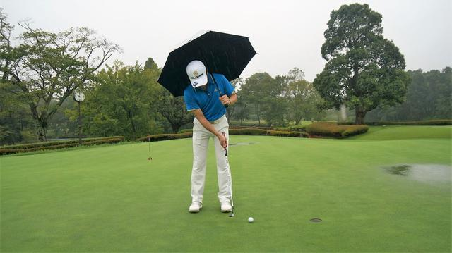 画像: 【知っておきたいルール】雨の日に傘を差したままパットをしたら? - みんなのゴルフダイジェスト