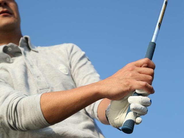 画像: 手首の使い方がポイント!ピン近バンカーは砂を薄くサッと取ろう - みんなのゴルフダイジェスト