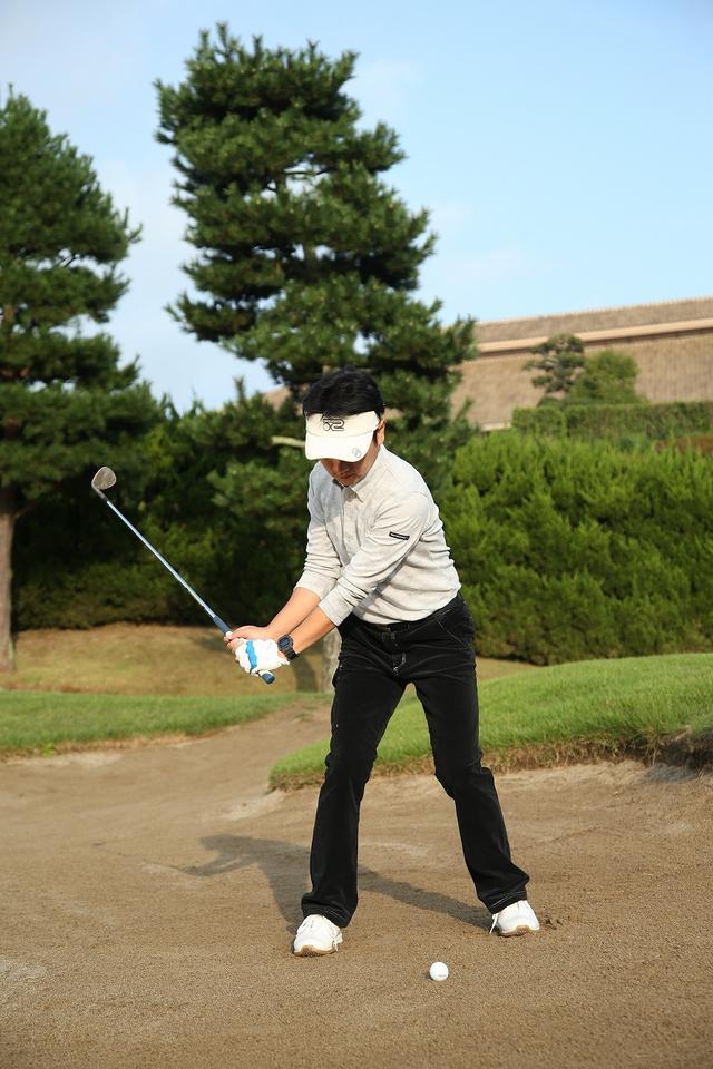画像4: 手首の使い方がポイント!ピン近バンカーは砂を薄くサッと取ろう