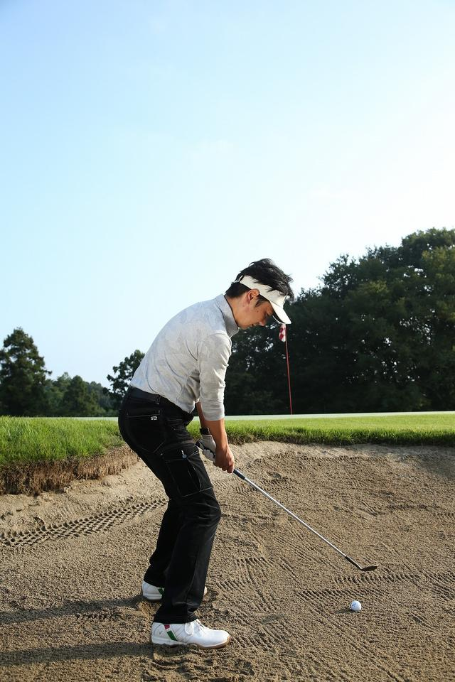 画像9: 手首の使い方がポイント!ピン近バンカーは砂を薄くサッと取ろう