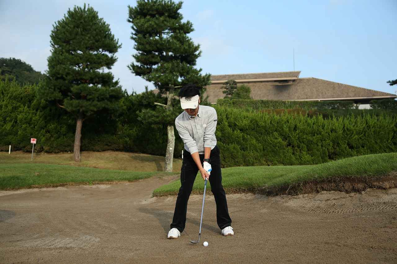 画像6: 手首の使い方がポイント!ピン近バンカーは砂を薄くサッと取ろう