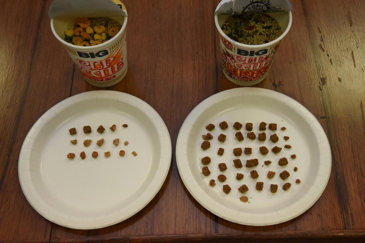 画像4: 「カップヌードルビッグ」と「謎肉祭」の肉の量を比較