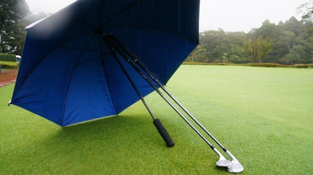 画像2: 【マナー講座】雨の日のウラ技「傘の使い方」