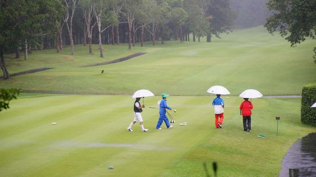 画像: 【マナー講座】雨の日のウラ技「傘の使い方」 - みんなのゴルフダイジェスト