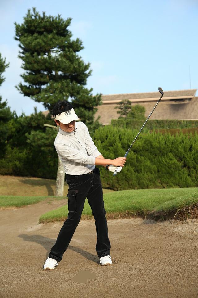 画像5: 手首の使い方がポイント!ピン近バンカーは砂を薄くサッと取ろう